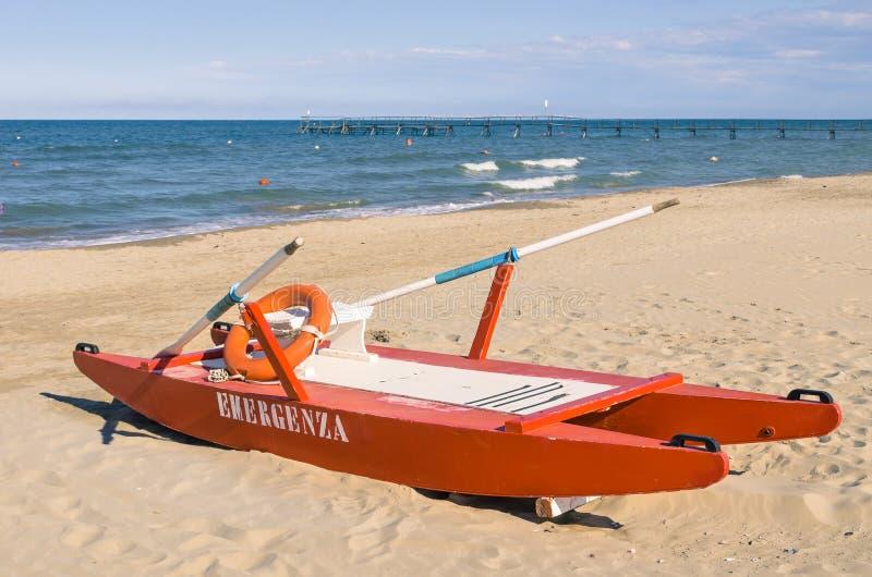 Włoski ratownika ratuneku rowboat - Rimini plaża fotografia stock
