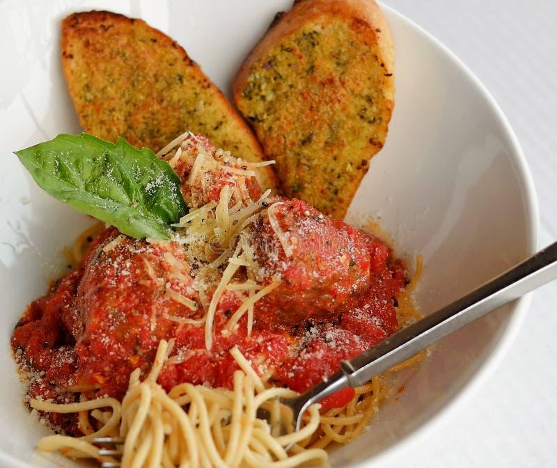 Włoski spaghetti i klopsiki z grzanką fotografia royalty free