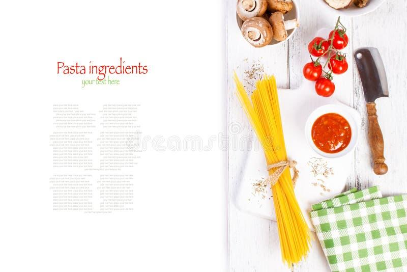 Włoski spaghetti, szampinion, suche pieczarki, pomidorowy kumberland, świezi czereśniowi pomidory i pikantność na drewnianym tle, obraz royalty free