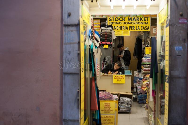 Włoski Tradesman pobyt w Sklepowych czekanie klientach w Rzym Włochy 2013 obraz stock