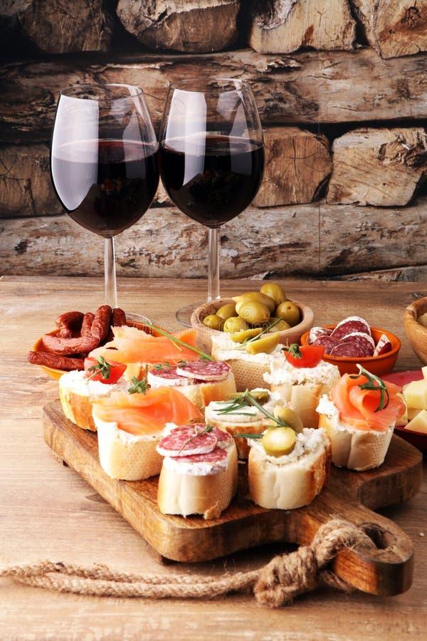 Włoskie antipasti wina przekąski ustawiać Serowa rozmaitość, Śródziemnomorska obrazy royalty free