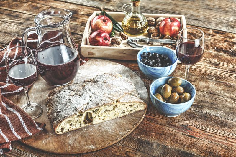 Włoskie antipasti wina przekąski ustawiać Serowa rozmaitość, Śródziemnomorskie oliwki, zalewy, Prosciutto di Parma, wino w szkłac obrazy royalty free
