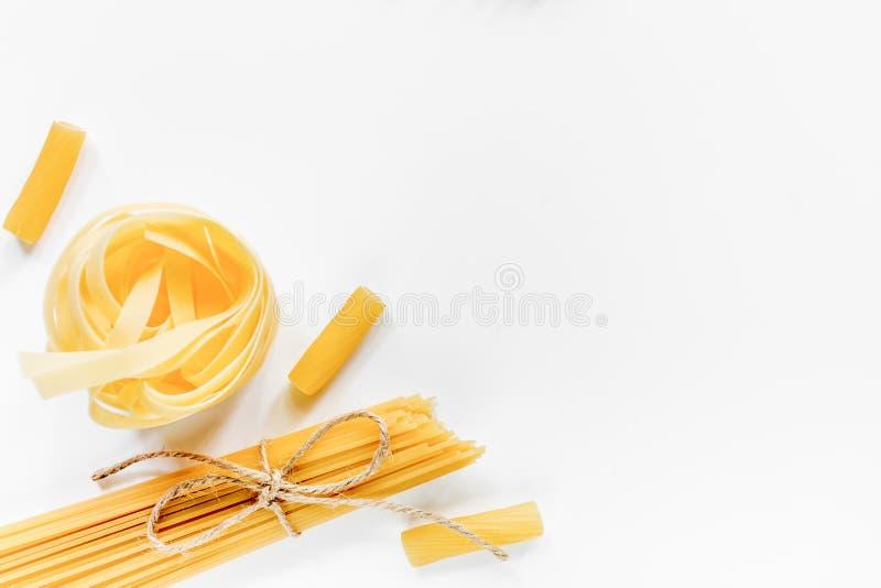 Włoskiego karmowego pojęcia różnorodny makaron na białym tło odgórnego widoku copyspace jakby zdjęcie stock
