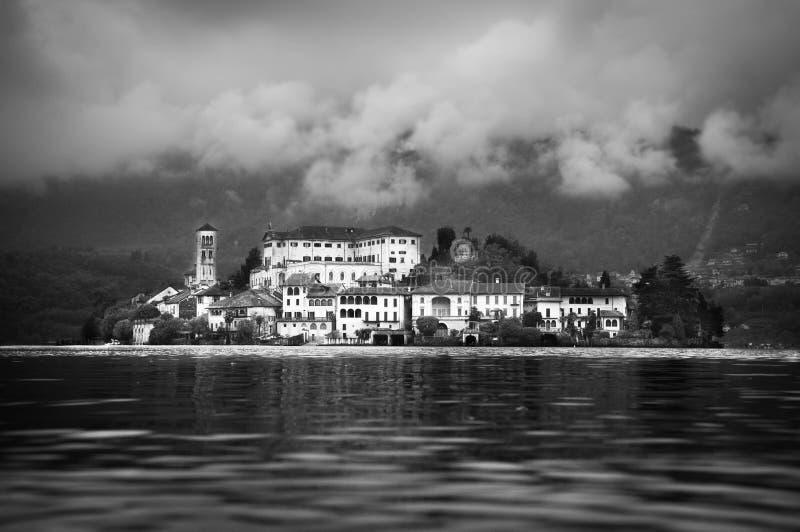 Włoskiej wyspy San Gulio Lago Jeziorny Chmurny d'Orta fotografia royalty free