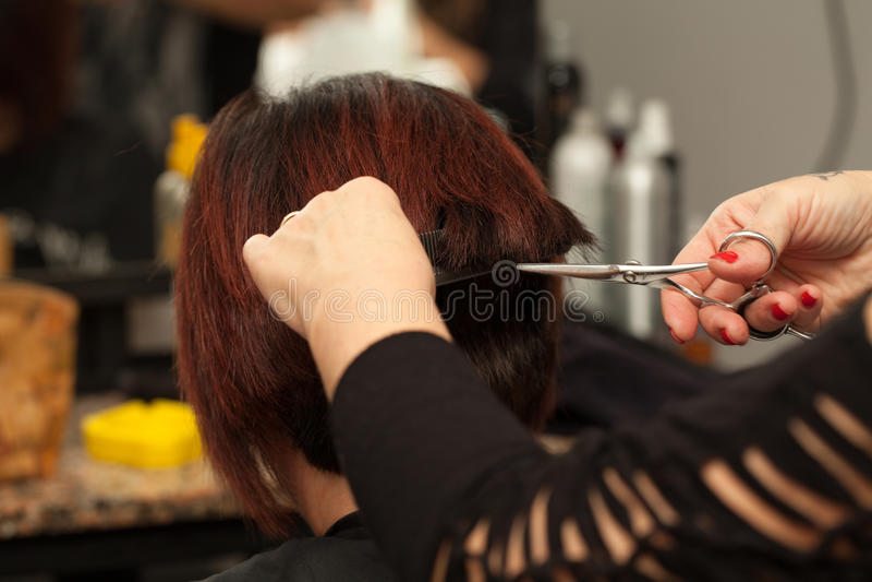 Włosy Ciący W fryzjera salonie zdjęcia royalty free