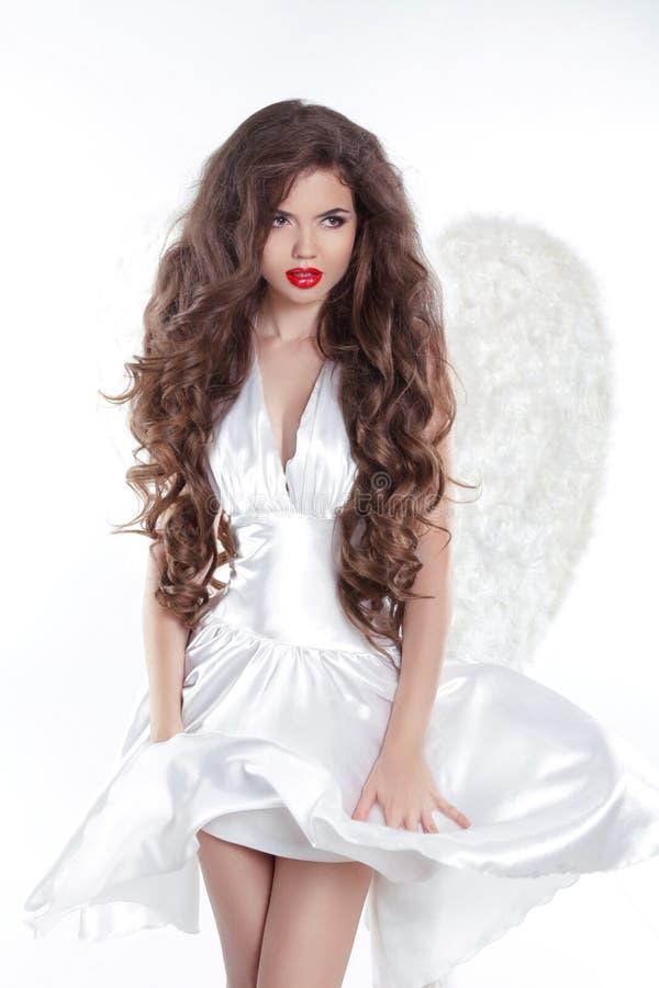 włosy długie falisty Wzorcowa anioł dziewczyna w dmuchanie sukni z białą wygraną zdjęcia royalty free