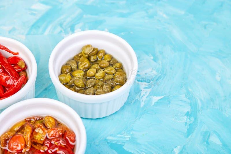 Włoszczyzna konserwujący set - marynowani kapary i pieprz, Sundried pomidory zdjęcie royalty free
