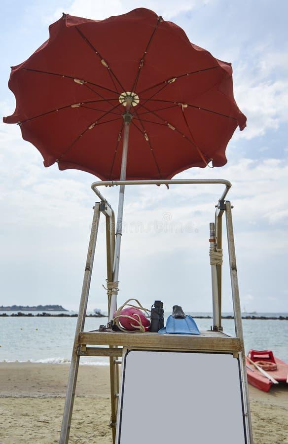 Włoszczyzna ratownika łodzi ratunkowej I stojaka Plażowy Pusty panel i Ne zdjęcie stock