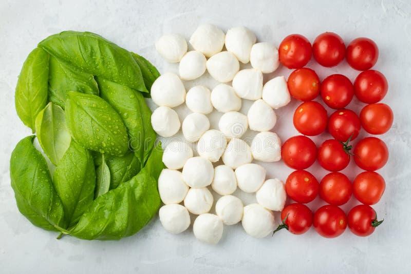 Włoszczyzny flaga robić z Pomidorową mozzarellą i basilem Pojęcie Włoska kuchnia na lekkim tle Odgórny widok z Mieszkanie nieatut obrazy royalty free