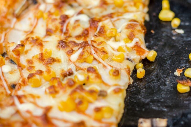 Włoszczyzny kukurudza i groszkujemy, wzmacniamy, pieprze i pomidory Zakończenie pizza, plama, selekcyjna ostrość obraz royalty free