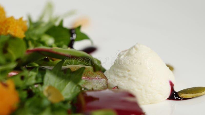 Włoszczyzny pieczona ćwikłowa sałatka Sałatka piec buraki z koźlim serem i sosnowymi dokrętkami na białym naczyniu odizolowywając obrazy royalty free