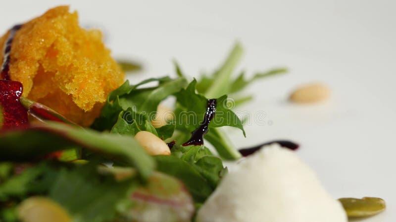 Włoszczyzny pieczona ćwikłowa sałatka Sałatka piec buraki z koźlim serem i sosnowymi dokrętkami na białym naczyniu na bielu zdjęcia royalty free