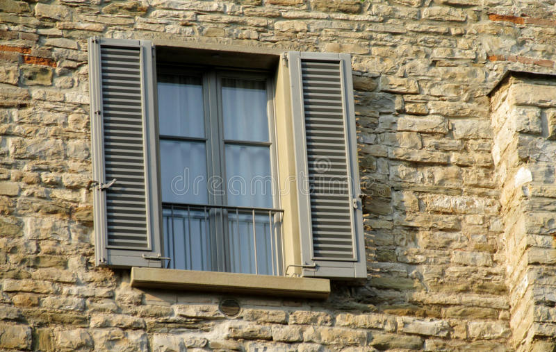 Włoszczyzny stylowy okno na ceglanej dom ścianie zdjęcia stock