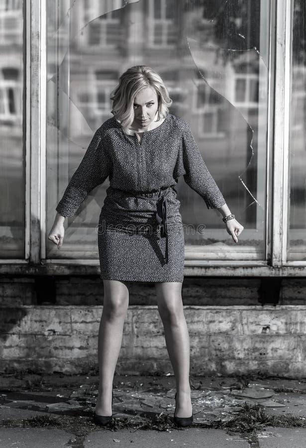 Wściekła kobieta w agresywnym postury blisko łamającym okno zdjęcia royalty free