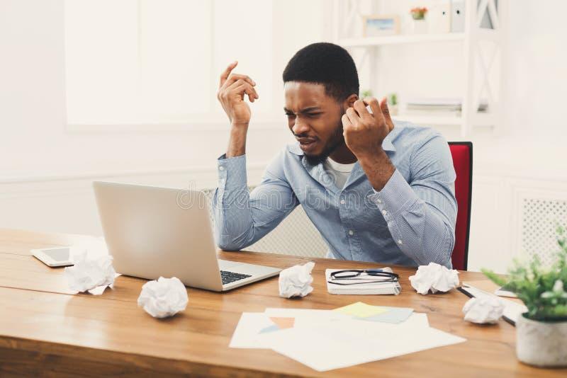 Wściekły afroamerykański pracownik przy miejscem pracy obrazy stock