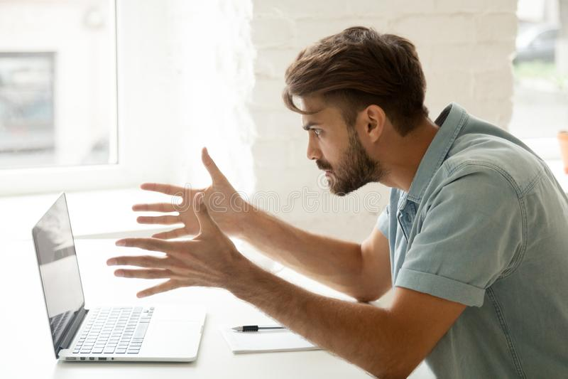 Wściekły mężczyzna gniewny o złej wiadomości, online komputerowym trzasku lub zdjęcie royalty free