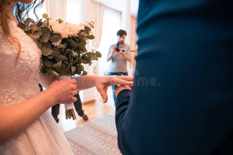 Wśliznąć obrączkę ślubną na palcu zdjęcie royalty free