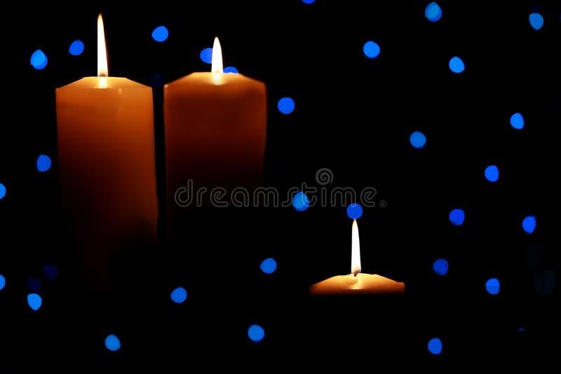 wśród błękitny świeczek wielcy światła zaświecali trzy obrazy royalty free