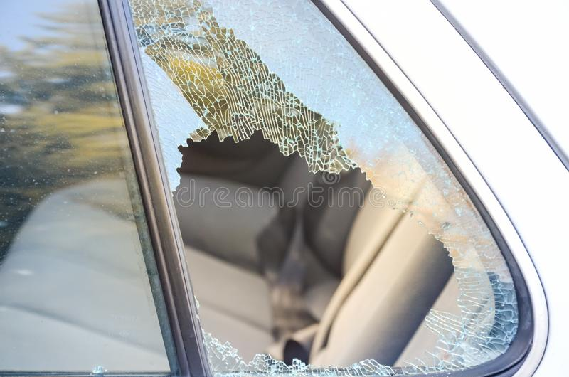 Wśrodku łamanego nadokiennego samochodu roztrzaskiwał złodziejem dla asekuracyjnego pojęcia zdjęcie stock
