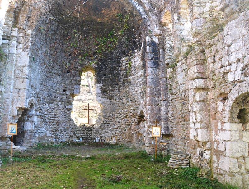 Wśrodku średniowiecznej świątyni Mussera, Abkhazia zdjęcia stock