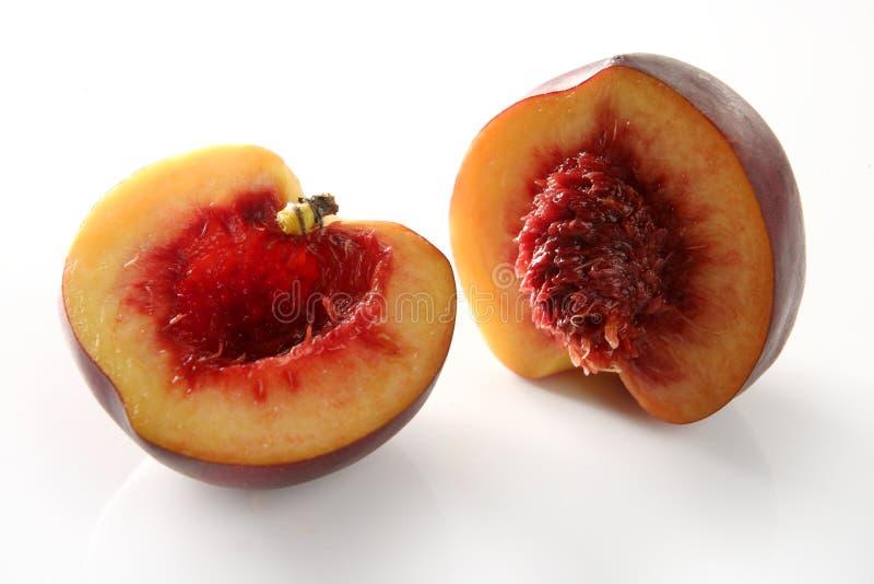 wśrodku brzoskwini krwista rżnięta połówka obraz stock