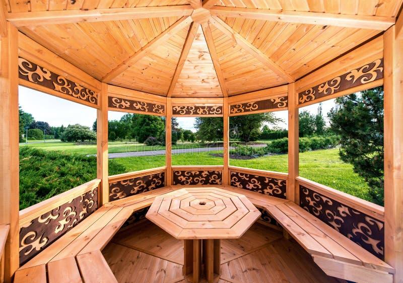 Wśrodku drewnianego gazebo zdjęcia royalty free