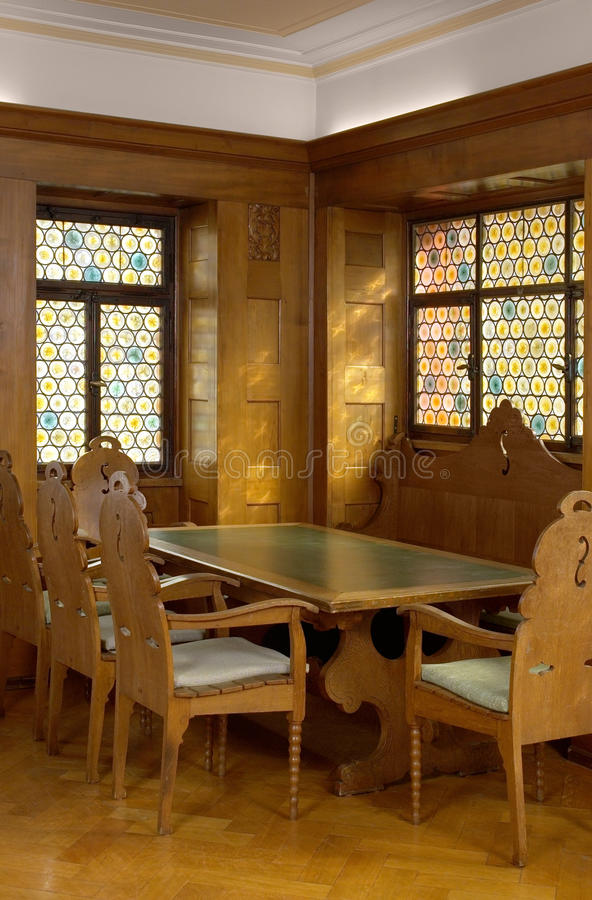Wśrodku drewnianego kasetonowego pokoju obraz royalty free