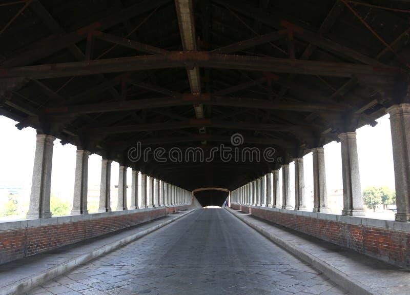 wśrodku drewnianego mosta w Pavia w Włochy obrazy royalty free