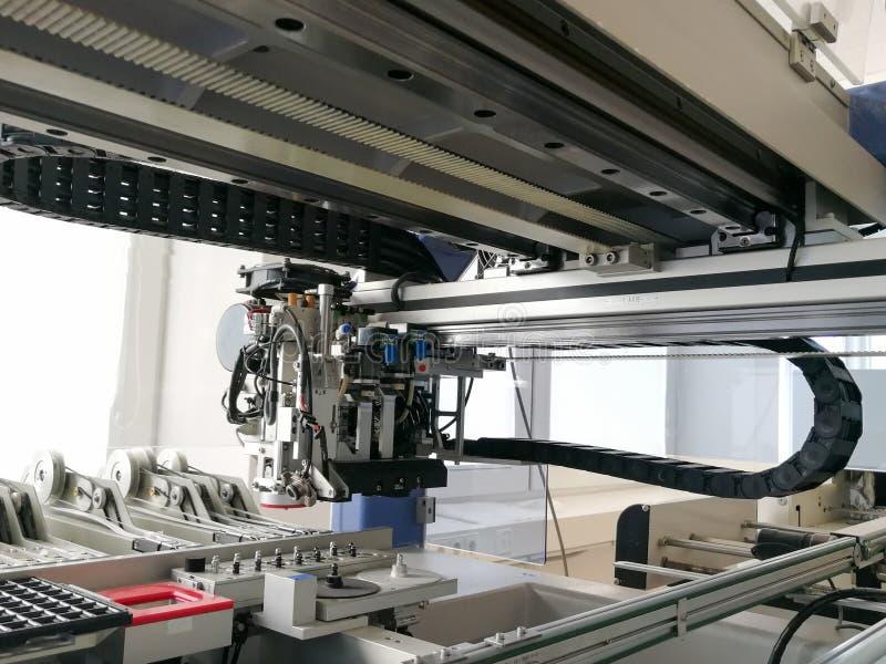 Wśrodku elektronicznej wyboru i miejsca maszyny dla PCB zgromadzenie obraz stock