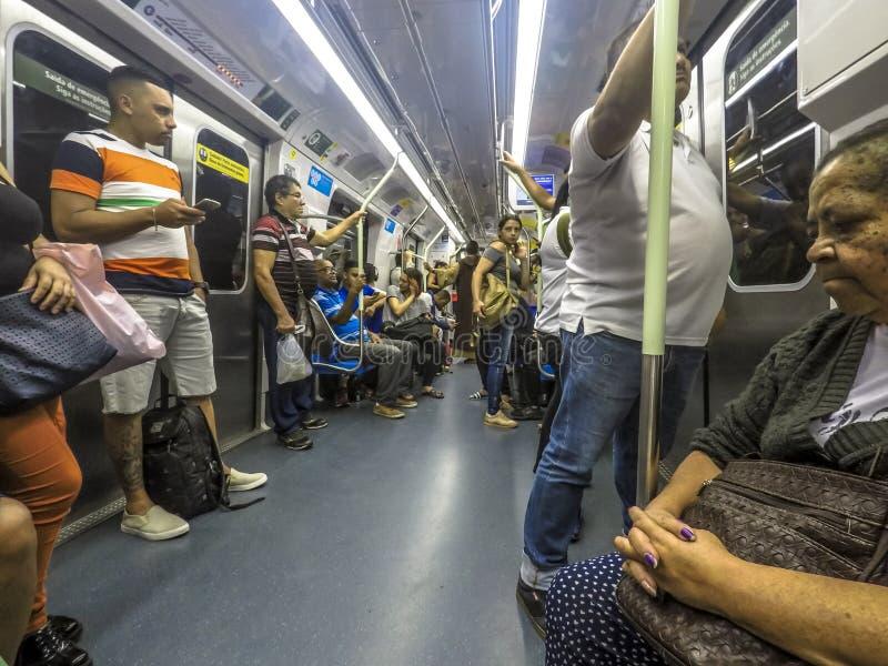 Wśrodku furgonu bez linia metro System d?ugo?? 66 km i pasa?erskiego ruch drogowy dla dnia 4 milion zdjęcia stock