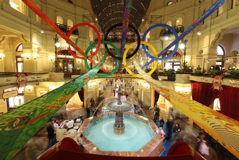 Wśrodku GUMOWEGO wydziałowego sklepu w Olimpijskich pierścionkach dalej obrazy royalty free