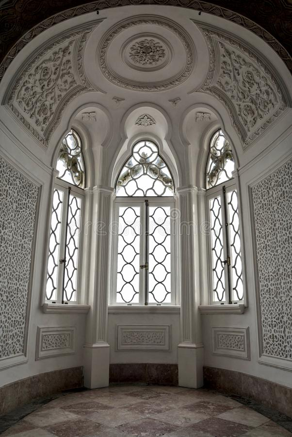 Wśrodku Pena pałac w Sintra, Lisbon okręg, Portugalia Piękni wielcy biali okno obrazy stock