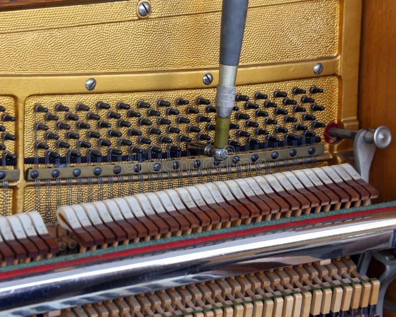 Wśrodku pianina z sznurkami zdjęcia royalty free