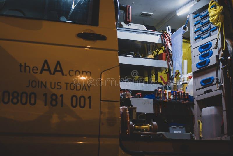 Wśrodku pobocze ratuneku samochodu dostawczego AA w Zjednoczone Królestwo obrazy royalty free