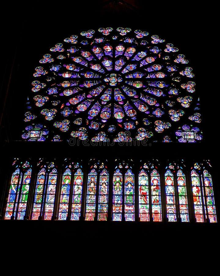 wśrodku pobrudzonego notre okno paniusi katedralny szkło zdjęcia stock