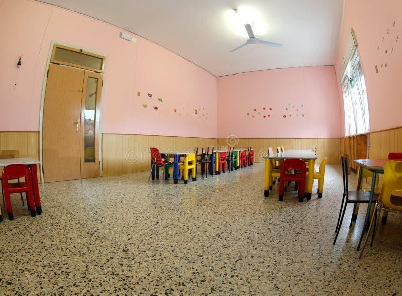 Wśrodku refektarza szkoła z małymi stołami i małym ch obrazy stock