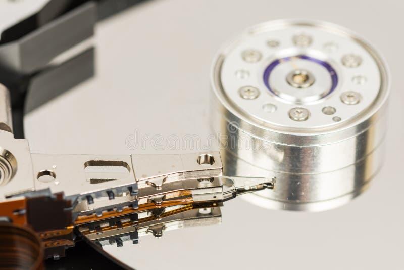 Wśrodku rozpieczętowanego komputeru osobistego ciężkiego dyska odizolowywającego nad białym tłem fotografia stock