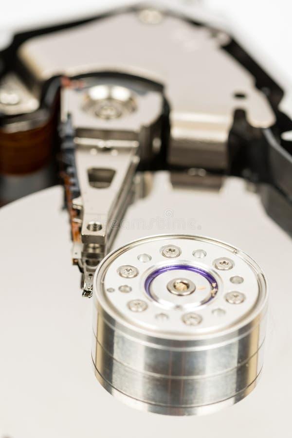 Wśrodku rozpieczętowanego komputeru osobistego ciężkiego dyska odizolowywającego nad białym tłem zdjęcie royalty free