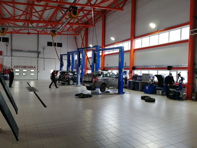 Wśrodku samochód usługi, dźwignięć, samochodów, technicznej naprawy i opony dopasowania, zdjęcie royalty free
