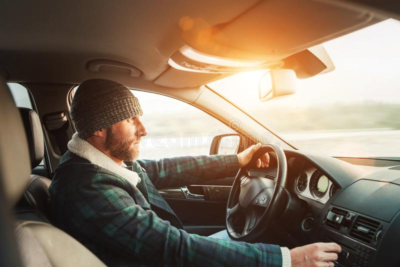 Wśrodku samochodowego widoku ciepły ubierający Brodaty mężczyzna jedzie nowego moder zdjęcie royalty free