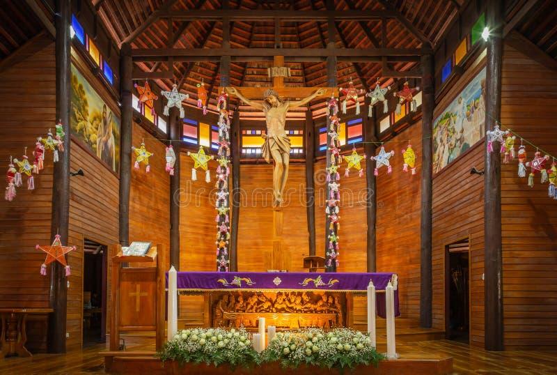 Wśrodku starego drewnianego Katolickiego katedralnego kościół podczas dekoracji świętowania Bożenarodzeniowy świąteczny sezon obrazy royalty free