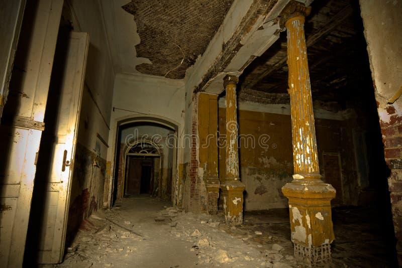 Wśrodku starego przerażającego zaniechanego dworu Poprzednia rezydencja ziemska Karl Von Meck zdjęcie stock