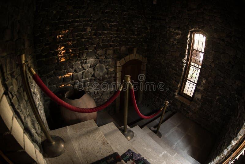 Wśrodku starego przerażającego zaniechanego dworu Schody i kolumnada Zmrok grodowi schodki piwnica Straszni dungeon kamienia scho zdjęcia stock