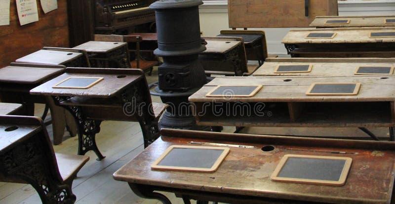 Wśrodku starego rocznika drewnianej sala lekcyjnej z pożarniczym miejscem w środku zdjęcia royalty free