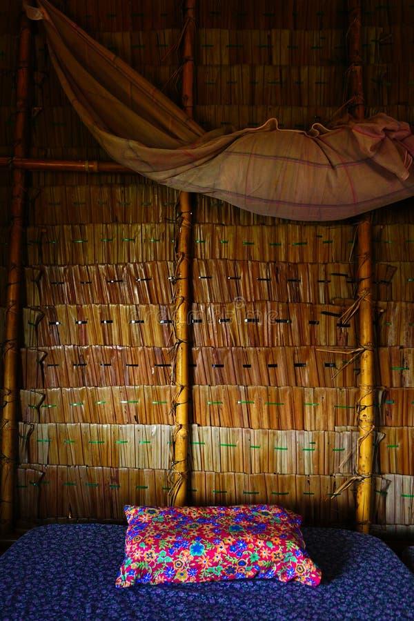 Wśrodku stawu domu z łóżkiem i poduszką relaksuje wieś styl zdjęcie stock