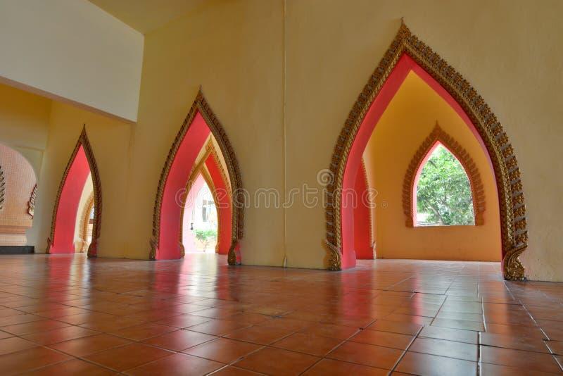 W?rodku widoku chedi Wat Tham Suea E Kanchanaburi Tajlandia zdjęcie stock
