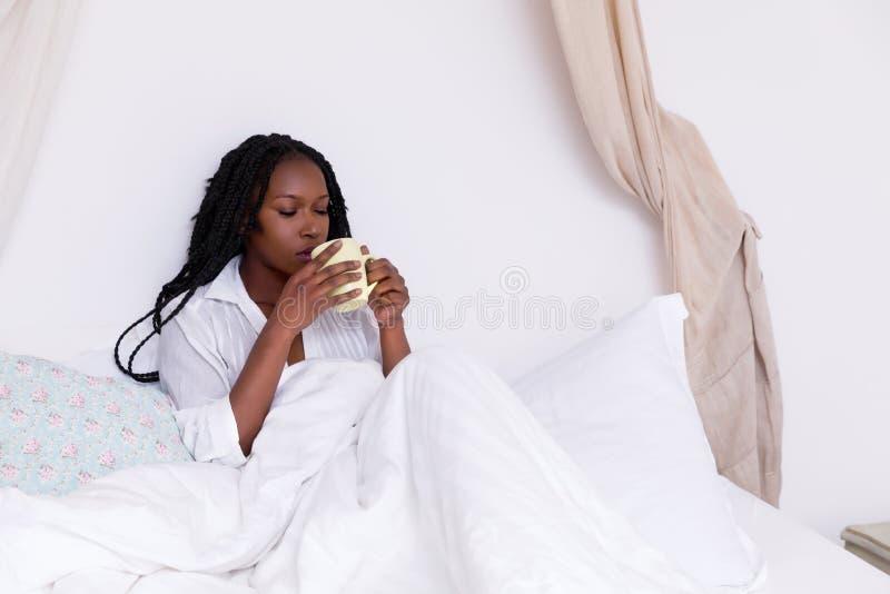 W łóżku ranek kawa obraz stock