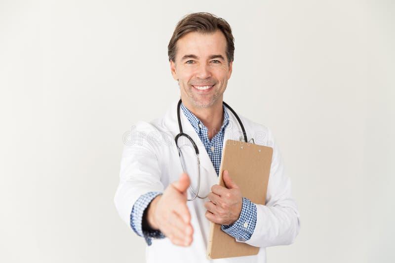 W średnim wieku lekarka chce trząść ręki z jego pacjentem zdjęcia royalty free