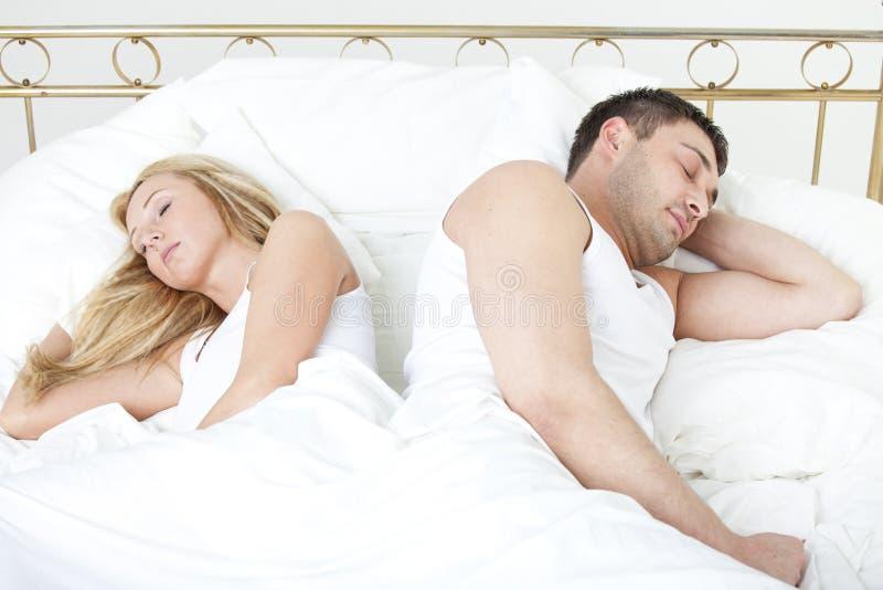 W łóżku pary dosypianie zdjęcia stock