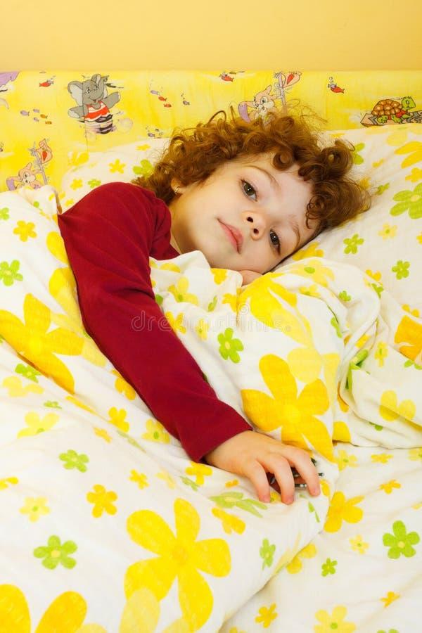 W łóżku piękna mała dziewczynka zdjęcie royalty free